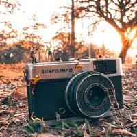 Fotógrafo cria mundo paralelo com miniaturas em situações inusitadas
